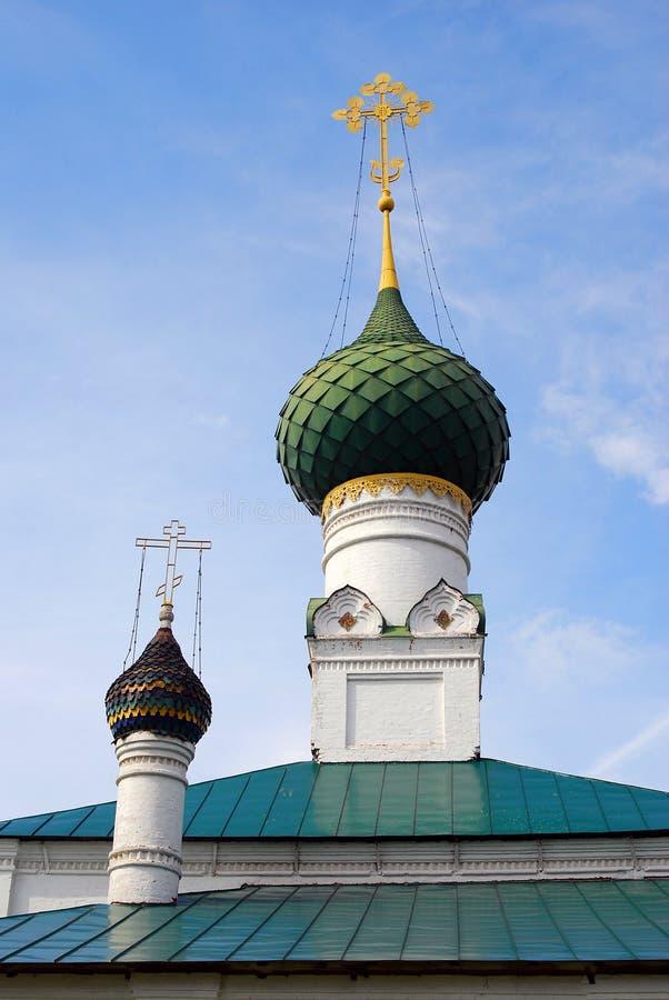 Gamla gräsplankupoler för ortodox kyrka och guld- kors arkivbilder