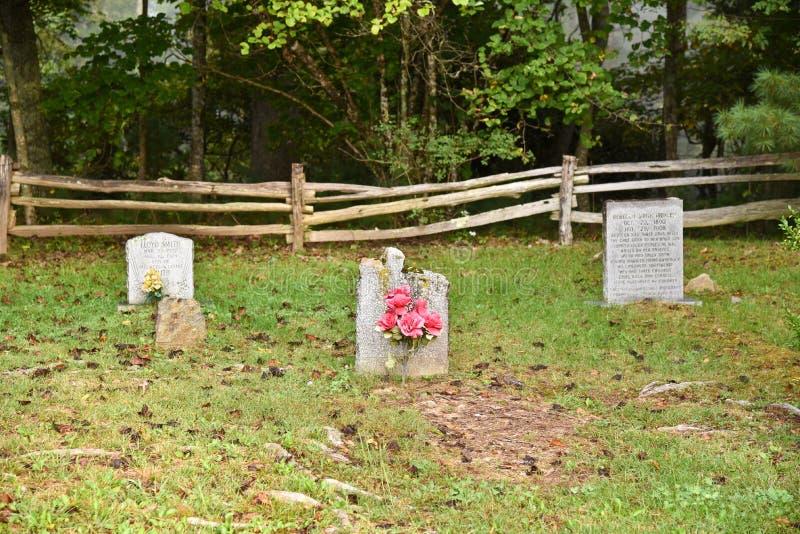 Gamla gravstenar i en liten kyrkogård royaltyfria foton