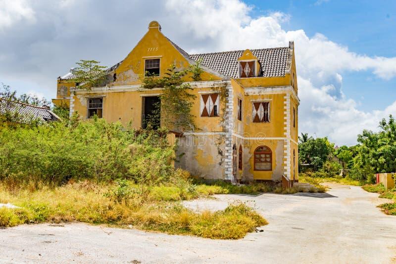 Gamla gula byggande Otrobanda Curacao sikter arkivbild