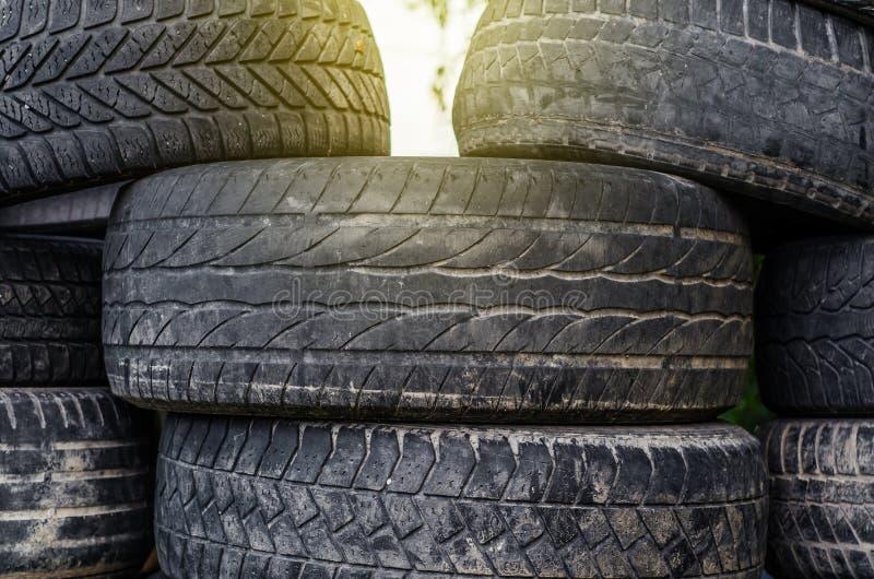 Gamla gummihjul för använd bil som staplas i buntar royaltyfri fotografi