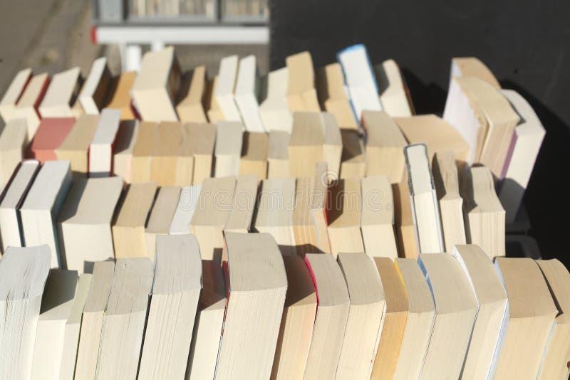 Gamla häftade böcker i en bokhylla royaltyfria foton