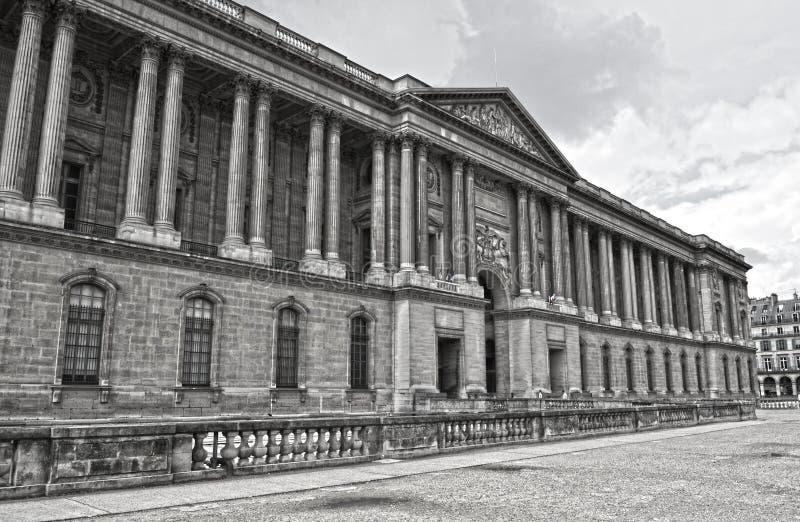 Gamla historiska byggnader i central del av Paris på Rue de Rivoli royaltyfria bilder