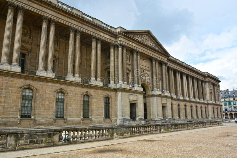 Gamla historiska byggnader i central del av Paris på Rue de Rivoli royaltyfria foton