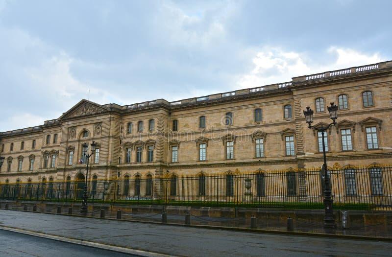 Gamla historiska byggnader i central del av Paris på Rue de Rivoli royaltyfri foto