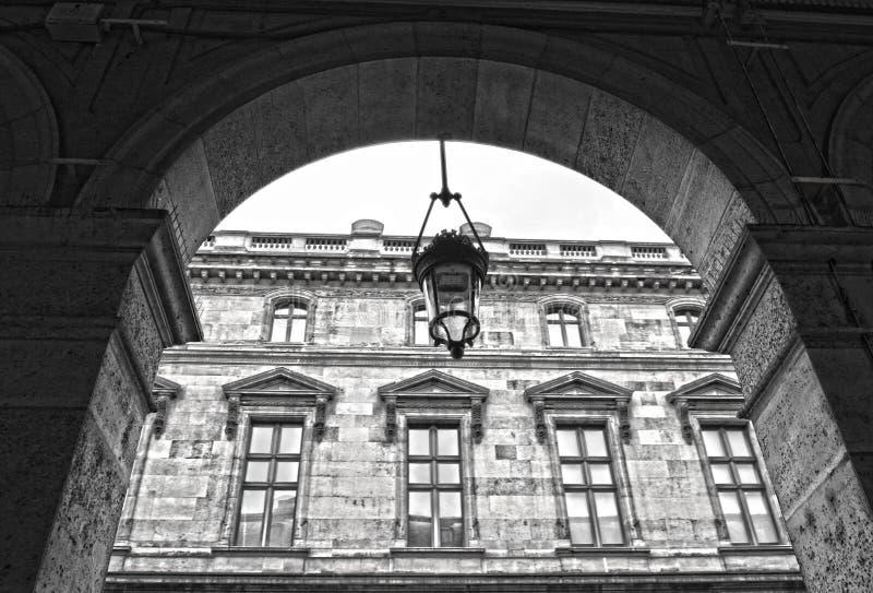 Gamla historiska byggnader i central del av Paris på Rue de Rivoli arkivbild