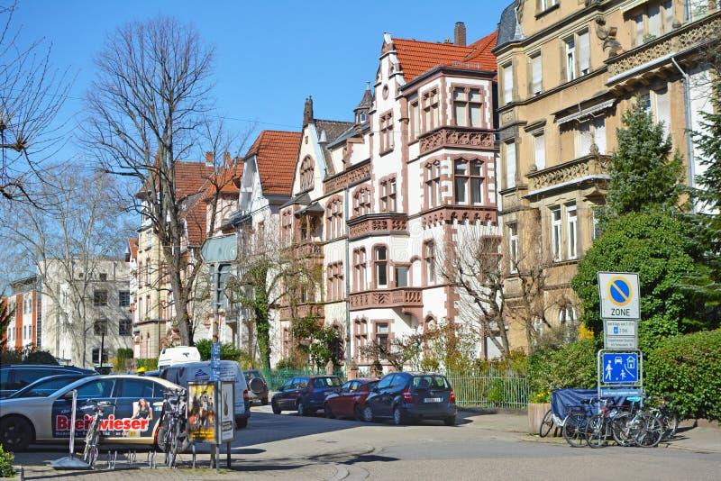 Gamla historiska europeiska stilbyggnader i västra del av staden Heidelberg i Tyskland royaltyfri fotografi