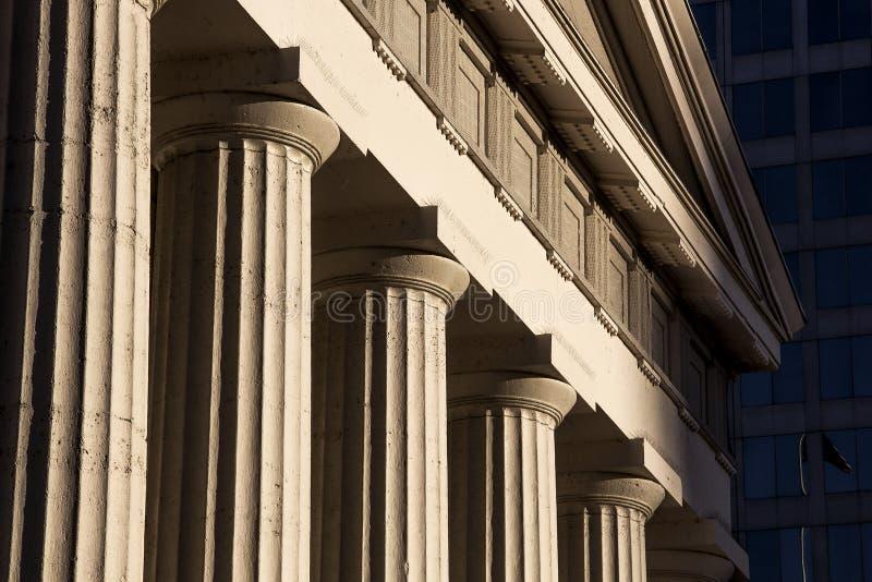 Gamla historiska pelare för runda kolonner för arkitekturKapitoliumdomstolsbyggnad royaltyfri bild