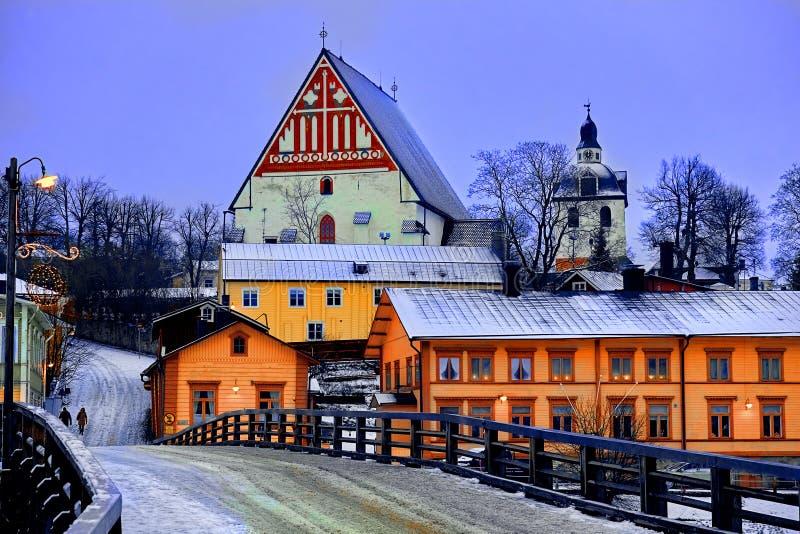 Gamla historiska Porvoo, Finland med trähus och den medeltida sten- och tegelstenPorvoo domkyrkan under den vita insnöade vintern royaltyfri fotografi