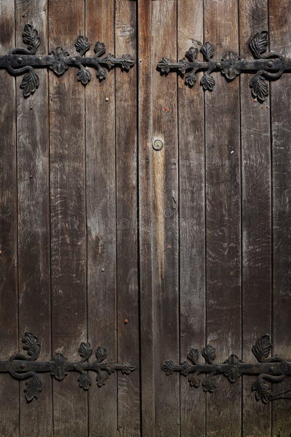 Gamla historiska trädekorerade dörrar, bakgrund royaltyfria bilder