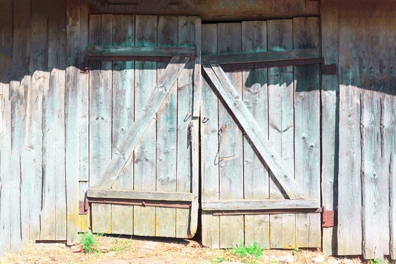 Gamla hopplockade dörrar arkivfoto