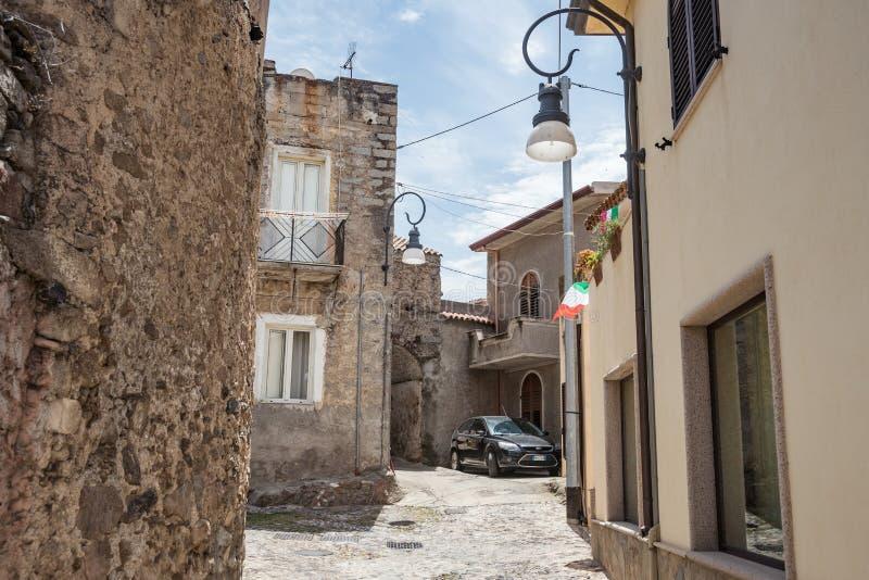 Gamla hus gjorde av stenar, tr?, i den Oliena byn, det Nuoro landskapet, ?n Sardinia, Italien royaltyfria foton