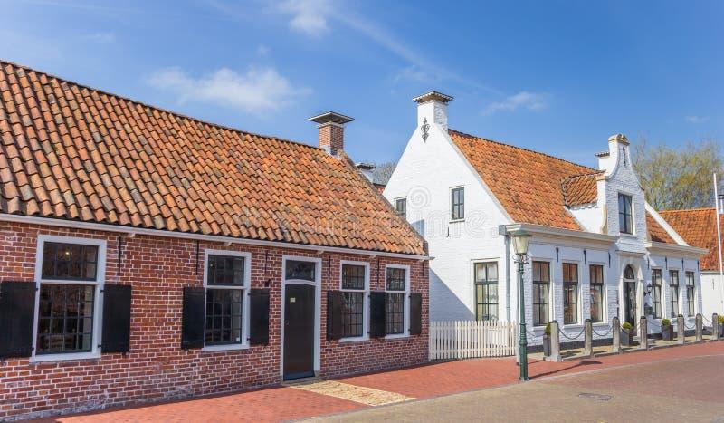 Gamla hus i den historiska byn av Aduard royaltyfri foto
