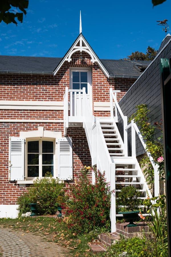 Gamla hus i Etretat på en solig dag i sommar royaltyfri bild