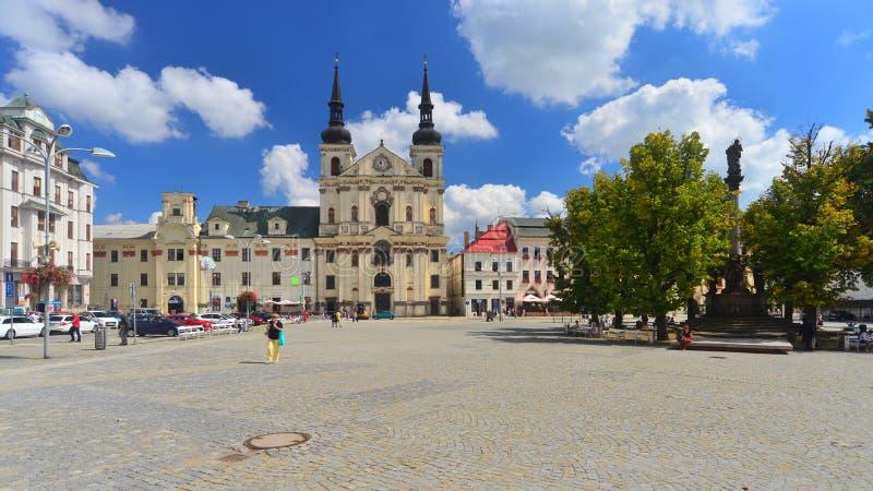 Gamla hus och en kyrka i Jihlava, Tjeckien royaltyfri foto