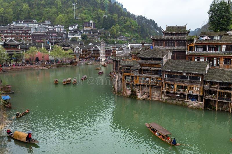 Gamla hus på floden i Fenghuang den forntida staden, Kina fotografering för bildbyråer