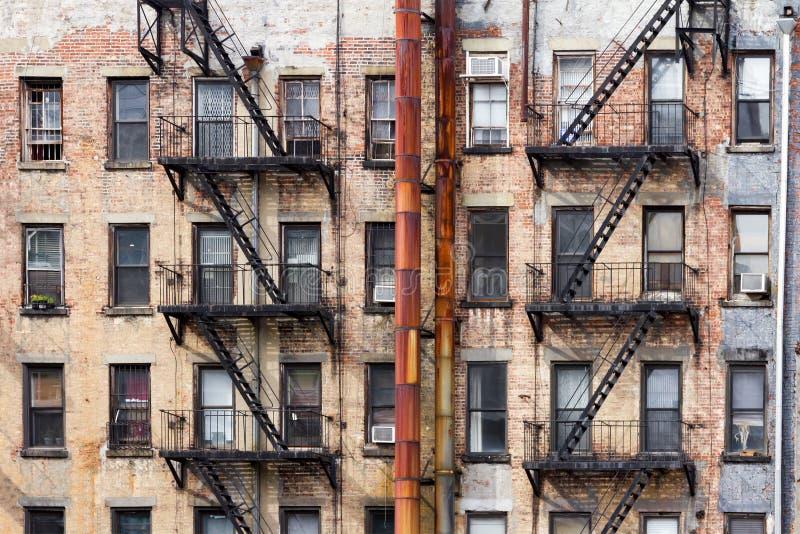 Gamla hyreshusar i New York City royaltyfria bilder