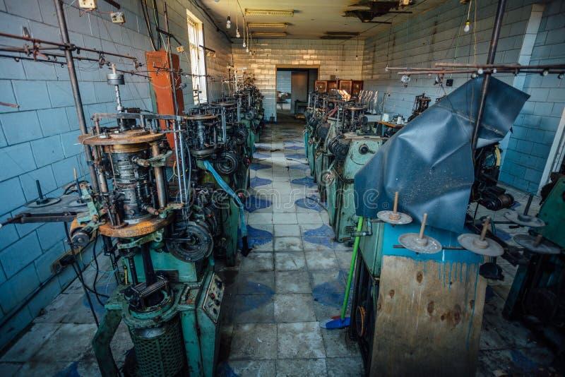 Gamla industriella maskinhjälpmedel i övergett seminarium Rostig metallutrustning i övergiven fabrik royaltyfria foton