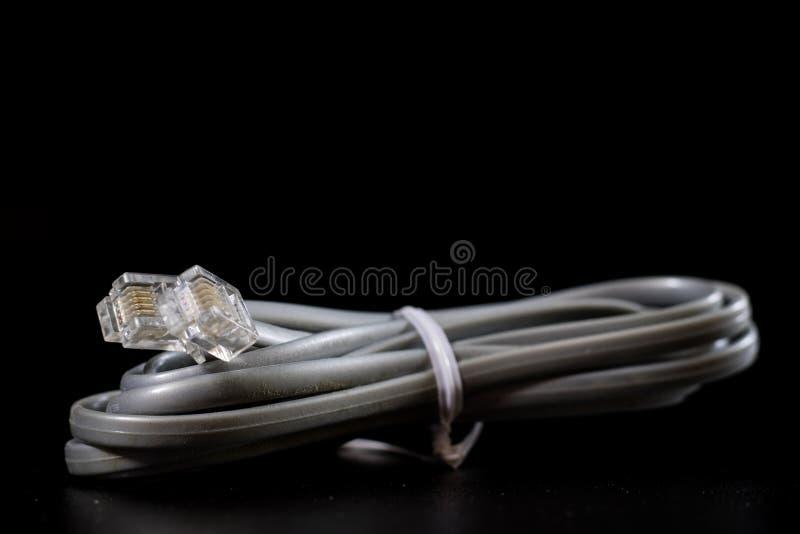 Gamla intrasslade kablar, elektronik och gamla kabelkontaktdon på a royaltyfria bilder