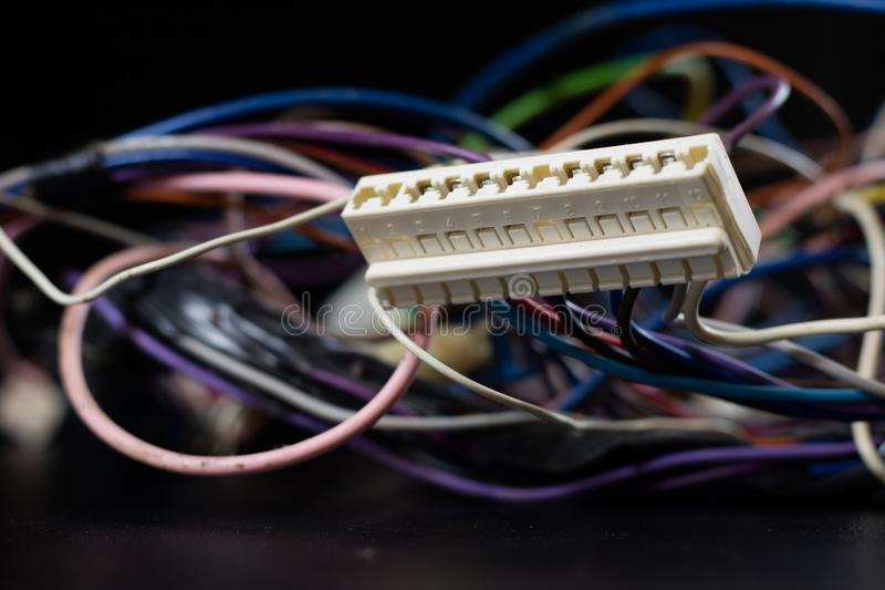 Gamla intrasslade kablar, elektronik och gamla kabelkontaktdon på a arkivbild