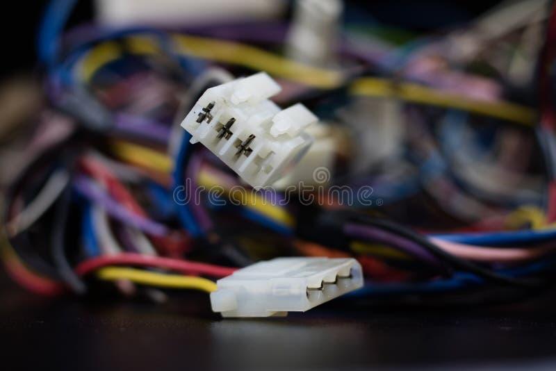 Gamla intrasslade kablar, elektronik och gamla kabelkontaktdon på a arkivbilder