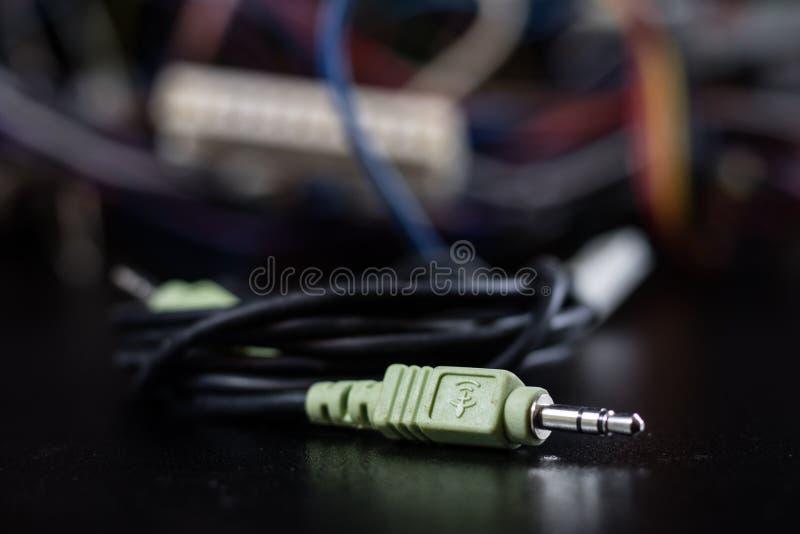 Gamla intrasslade kablar, elektronik och gamla kabelkontaktdon på a royaltyfri bild