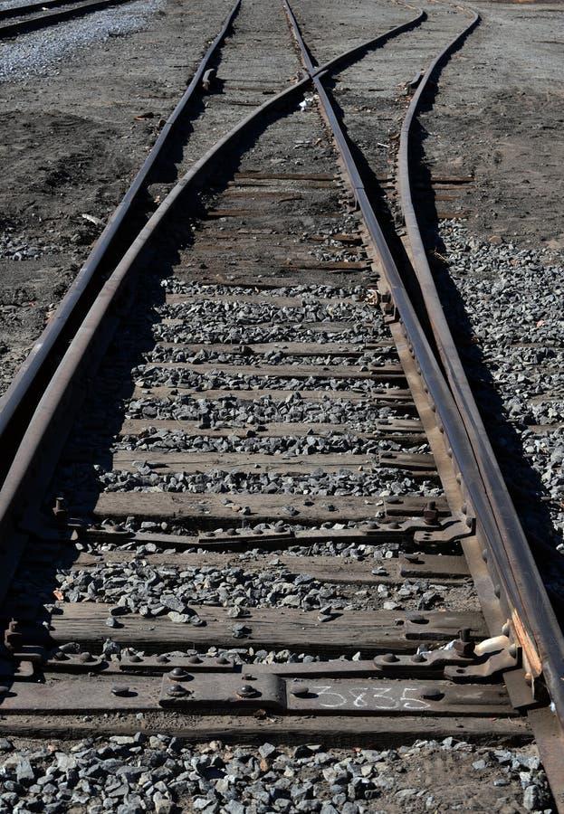 Gamla järnvägspår, perspektiv för järnväg landskap för stål lågt royaltyfria bilder