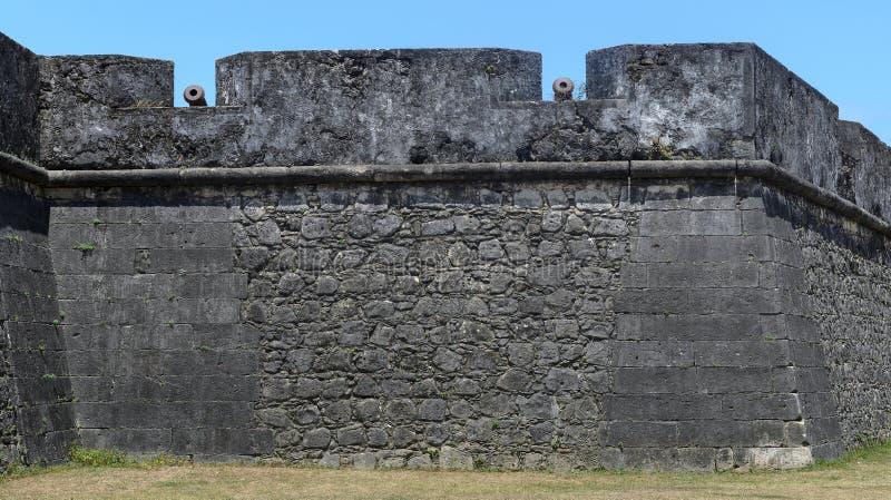 Gamla järnvapen som placeras på den enorma väggen av forte- de Santa Catarina, gör Cabedelo i den Joao Pessoa staden Historisk st arkivbilder