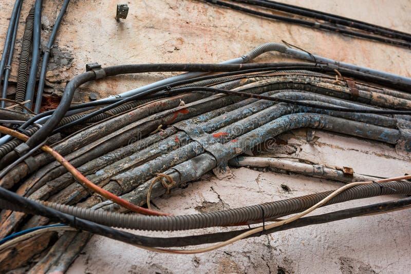 Gamla kablar på gatan, faran av fattigt ledningsnät royaltyfria bilder