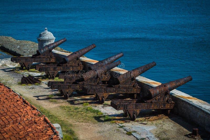 Gamla kanoner på slotten för El Morro Rostigt vapen som försvarar slotten arkivbild