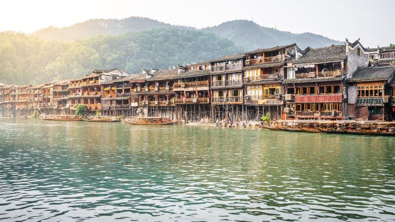 Gamla kinesiska hus på flodstranden i Fenghuang den forntida staden Hunan Kina arkivfoton