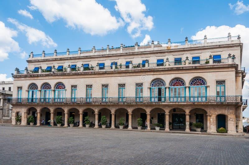 Gamla koloniala byggnader i plazaen Armas, havannacigarr, Kuba royaltyfri foto