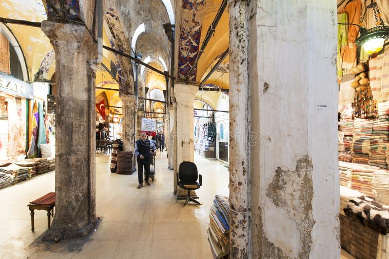 Gamla kolonner i den storslagna basaren, en av den äldsta shoppinggallerian i historia Denna marknad är i Istanbul, Turkiet arkivfoton