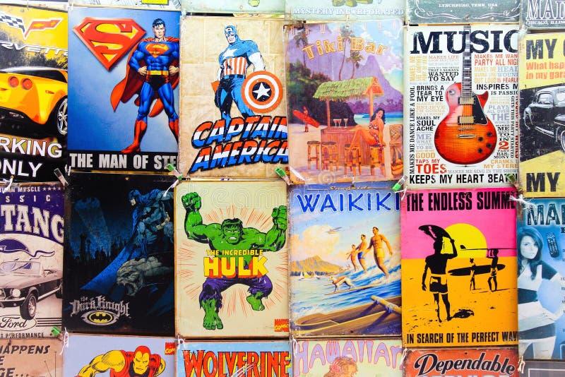 Gamla komiker och tecken som är till salu på ett Waikiki stånd arkivbild