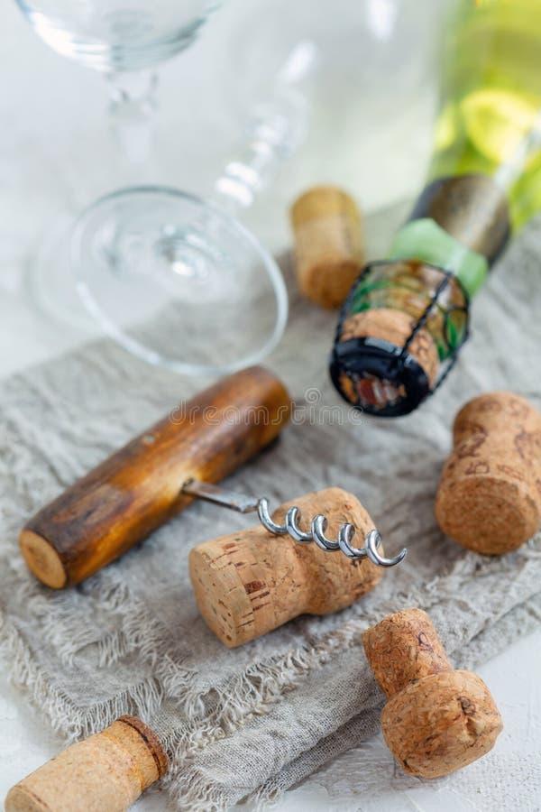 Gamla korkskruv, exponeringsglas och vinkorkar arkivbild