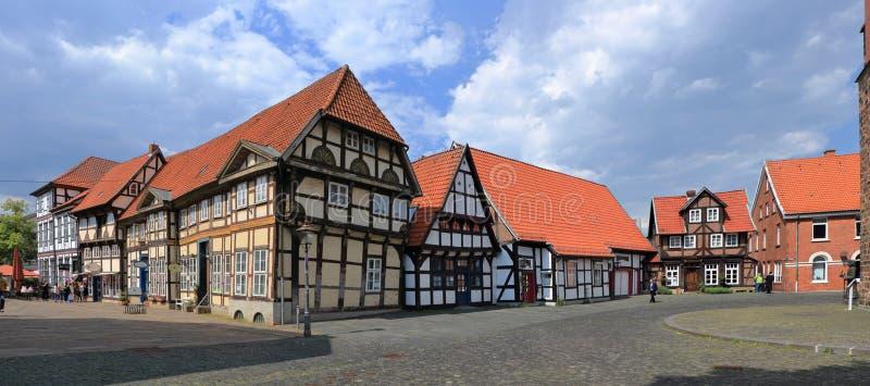 Gamla korsvirkes- hus på domkyrkafyrkanten av Nienburg på Weseren, lägre Sachsen, Tyskland royaltyfria foton