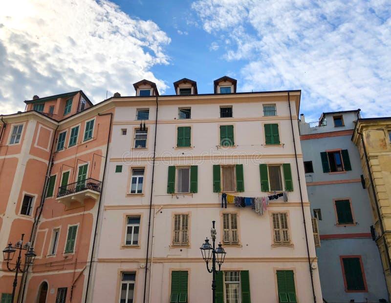 Gamla kulöra hus med tvätterit som hänger på fönstret royaltyfri foto