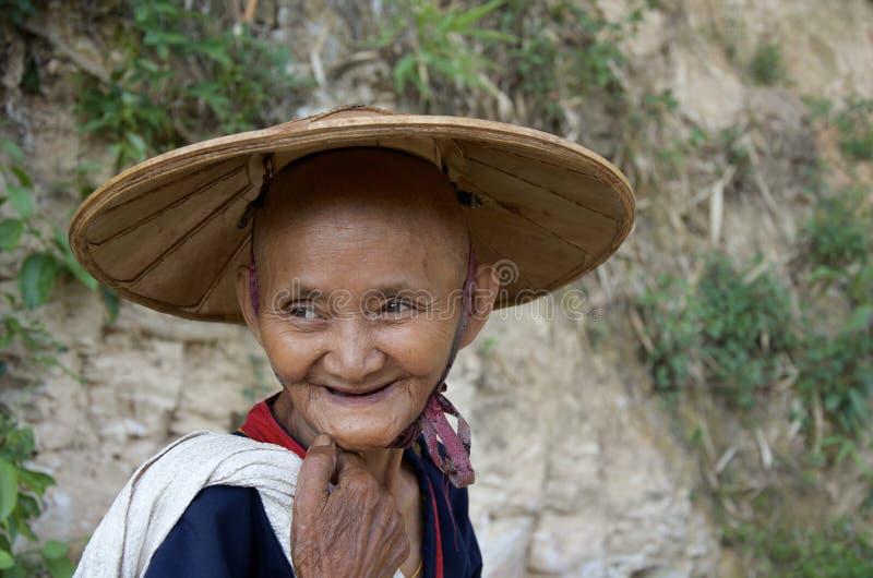 Gamla kvinnor som går tillbaka efter en stor dag i tefälten arkivbild