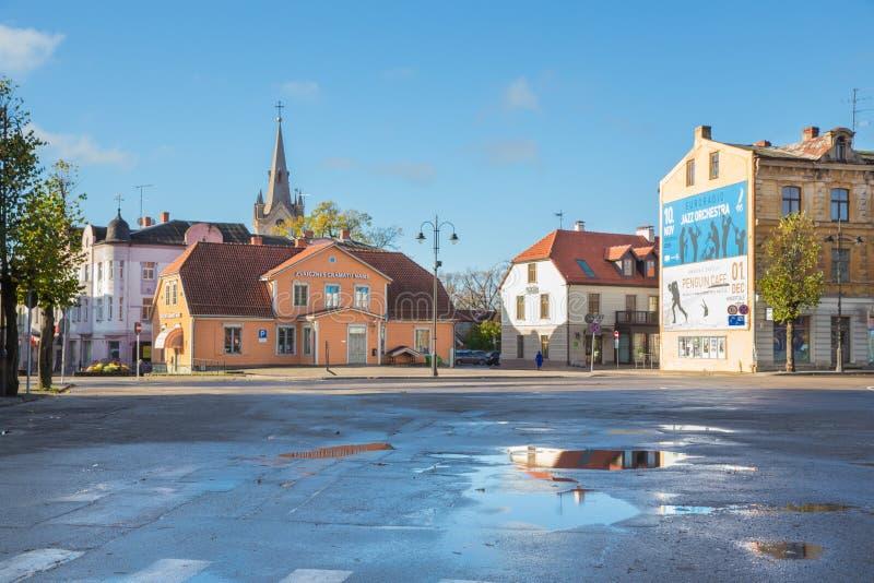 Gamla kyrka- och stadsgator på hösten Blad, natur och archite fotografering för bildbyråer