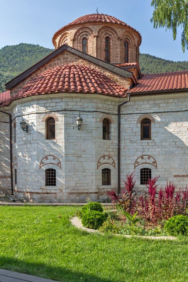 Gamla kyrkor i den medeltida Bachkovo kloster, Bulgarien royaltyfri fotografi