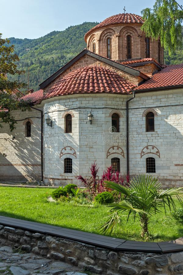 Gamla kyrkor i den medeltida Bachkovo kloster, Bulgarien fotografering för bildbyråer