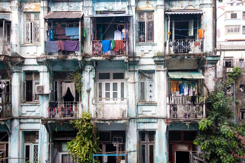 Gamla lägenheter, Yangon, Burma royaltyfri bild