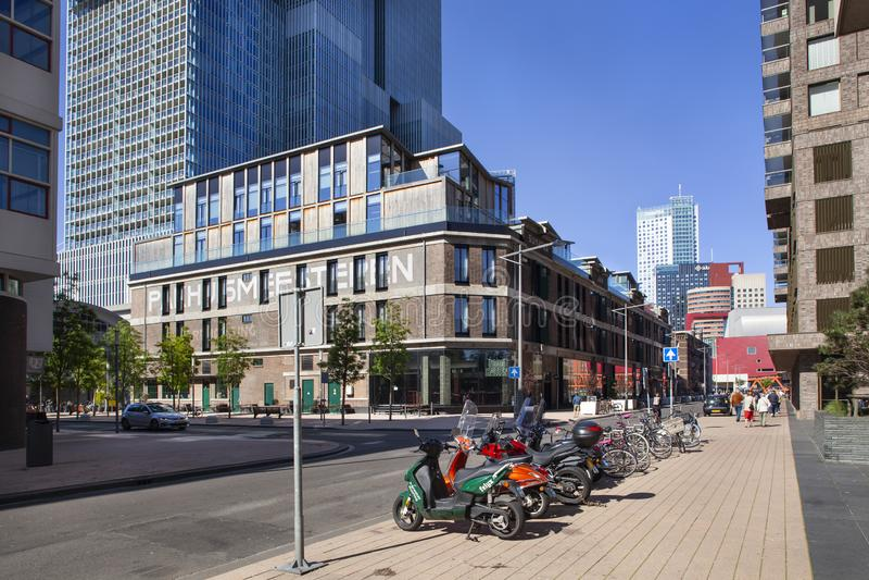 Gamla lager och modern arkitektur i Rotterdam royaltyfria bilder