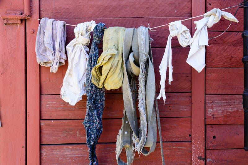 Gamla linne och trasor torkar royaltyfri bild