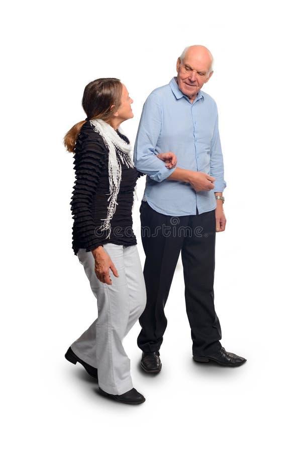 Gamla människor går rymma händer arkivfoton