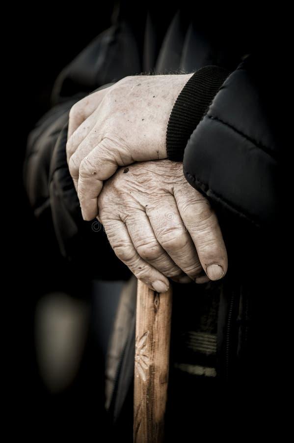 Gamla människor händer på en rotting som huvudsakligt begrepp fotografering för bildbyråer