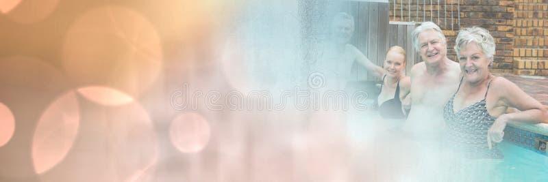 Gamla människor i simbassäng med mousserar övergång arkivbilder