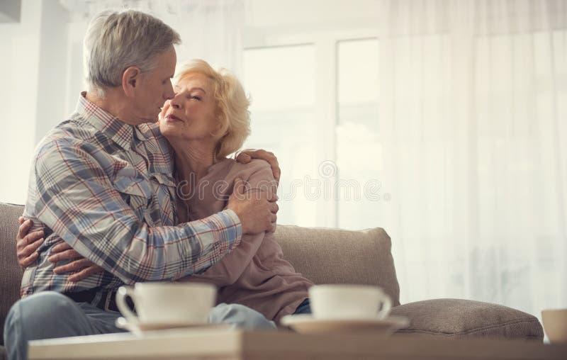 Gamla människor som behåller deras känslor till gamling arkivbilder
