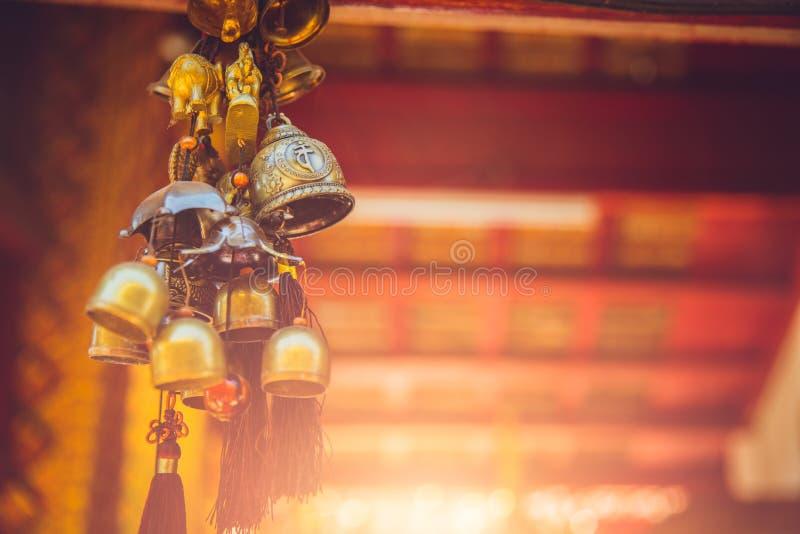 Gamla mässingsKlocka i den Thailand templet royaltyfri bild