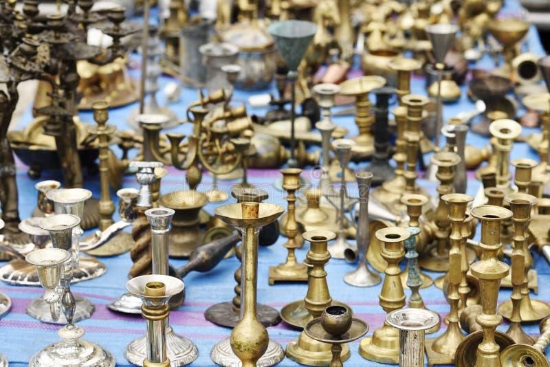 Gamla mässingsljusstakar i loppmarknad royaltyfri bild