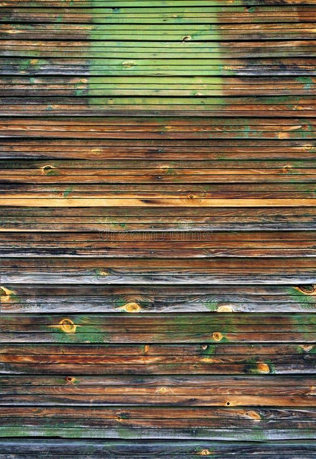 Gamla målade skalade av wood plankor för mörk brunt texturerar bakgrundsbakgrunden royaltyfri bild